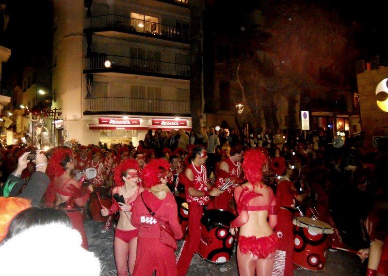 Barcelona, Sitges, Sitgesin karnevaalit, naamiaiset, katujuhla, naamiaisasu, naamiaispuku, juhlat, juhlapäivät, paraati, kulkue, autot, tanssijat, ryhmät, porukat, katsellaan