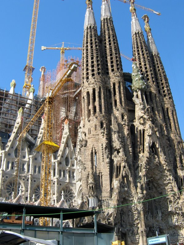 Barcelona, Katalonia, Sagrada Familia -kirkko, Antoni Gaudi, suuri, kuuluisa, tunnettu, nähtävyys, ulkoa päin, matka, matkavinkki, turistikohde, vierailukohde, vierailupaikka, rakennetaan, edelleen, keskeneräinen