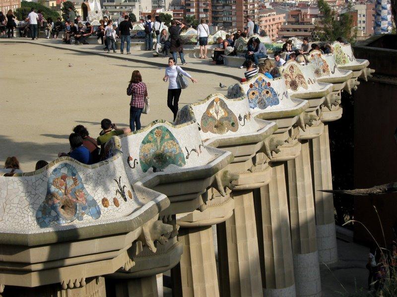 Barcelona, Park Guell, puisto, Gaudin puisto, Guellin puisto, kokemus, vierailu, piparkakkutalo, tunnettu, kuuluisa, nähtävyys, nähtävyydet, paikka, vierailukohde, mosaiikki, arkkitehtuuri, millainen, kannattaako, matkakertomus, matkakokemus, värikäs, matkakuva, parveke, käärmepenkki
