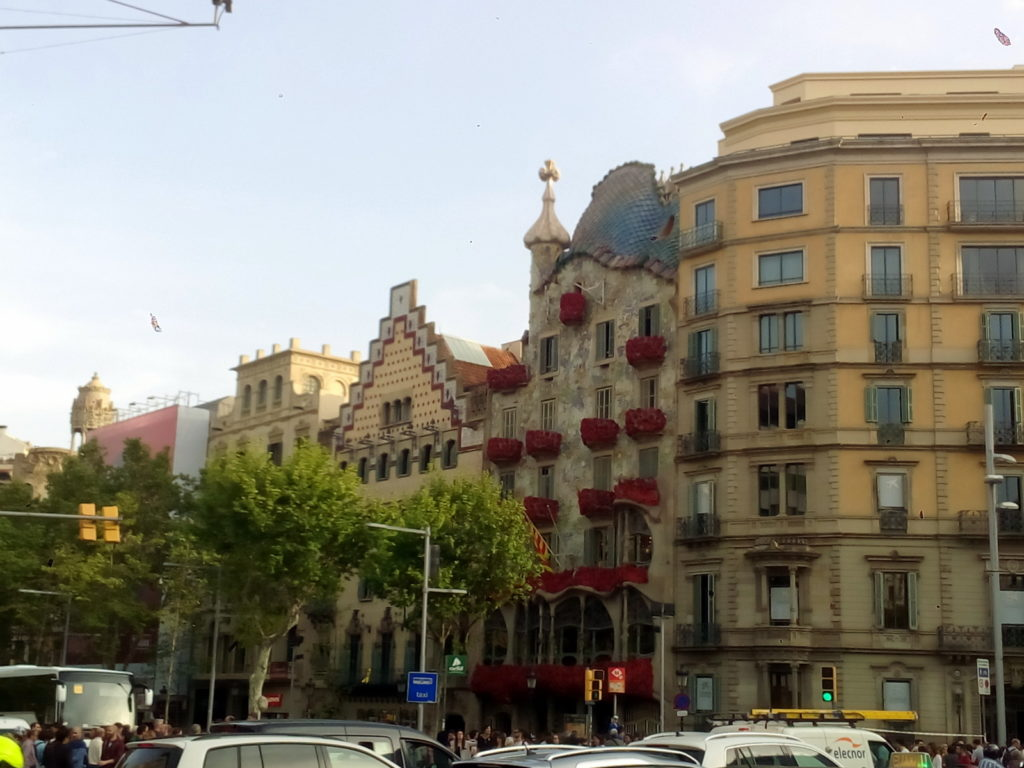 Barcelona, casa Batlló, Gaudin rakennus, arkkitehtuuri, ruusut, koristeltu, ikkunoissa, parvekkeella, Sant Jordi, Pyhän Yrjön päivä, Kirjan ja ruusun päivä, kukat, Passeig de Gràcia