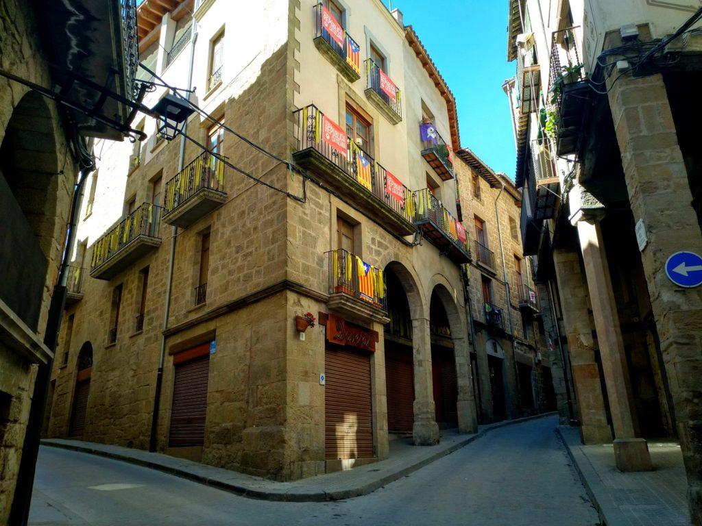 Solsona, Katalonia, vanhakaupunki, historiallinen, keskiaikainen,kivinen rakennus, katu, kuja, Katalonian liput ikkunoissa, parvekeilla, hiljainen katu, ei ihmisiä