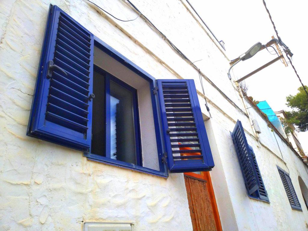 Sininen ikkuna, ikkunankarmi, Espanja, valkoinen talon seinä, kaunis talo, rakennus, kylä, kalastajakylä Barcelonan lähellä