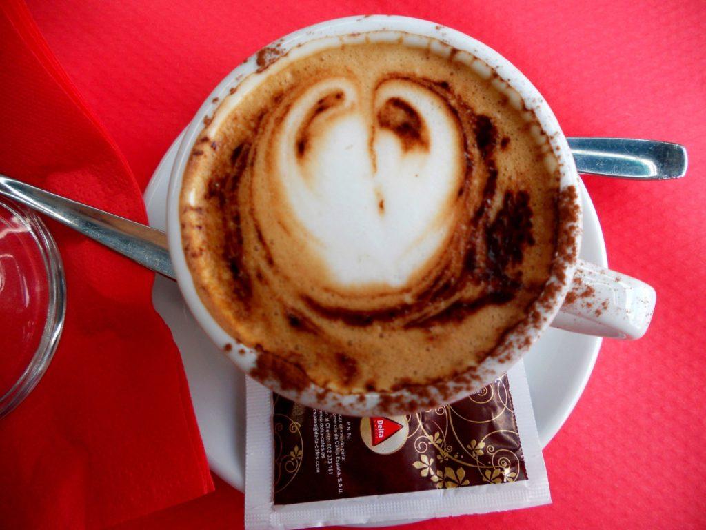 kahvi, cappuccino, sydän, maito, punainen pöytä, kuppi, muki, sokeri, lusikka, espanjalainen kahvila, Barcelonassa